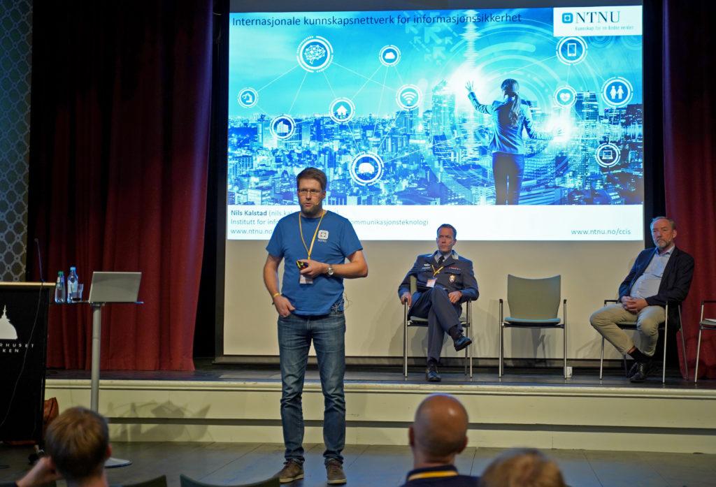 """Leder for Institutt for informasjonssikkerhet og kommunikasjonsteknologi ved NTNU Gjøvik Nils Kalstad under seminaret """"Sikkerhet og samarbeid"""" på Lillehammer."""